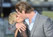 Elsa Pataky y Chris Hemsworth desbordan amor con cada beso