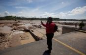 Un miembro de Protección Civil de Acapulco toma imágenes de la catástrofe
