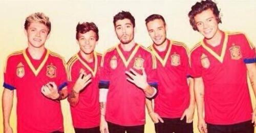 One Direction con la camiseta de la selección española de fútbol