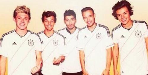 One Direction con la camiseta de la Selección de Alemania