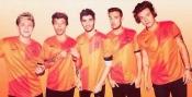 Los chicos de One Direction con la camiseta de la selección de Holanda