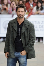 Hugo Silva a su llegada al Festival de Cine de San Sebastián 2013