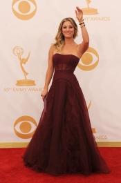 Kaley Cuoco en la alfombra roja de los Emmy 2013