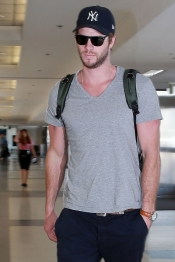 Liam Hemsworth se esconde de los paparazzi