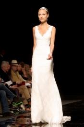 La novia de Fernando Alonso, Dasha Kapustina, vestida de novia para un desfile
