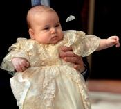 El Príncipe Jorge de Inglaterra engalanado para su bautizo