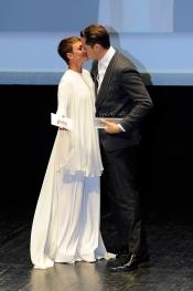 Asier Etxeandía y Eva Hache: beso romántico en los Men´s Health 2013