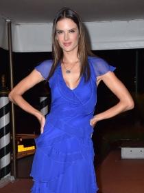 Vestidos azul klein: la moda más eléctrica
