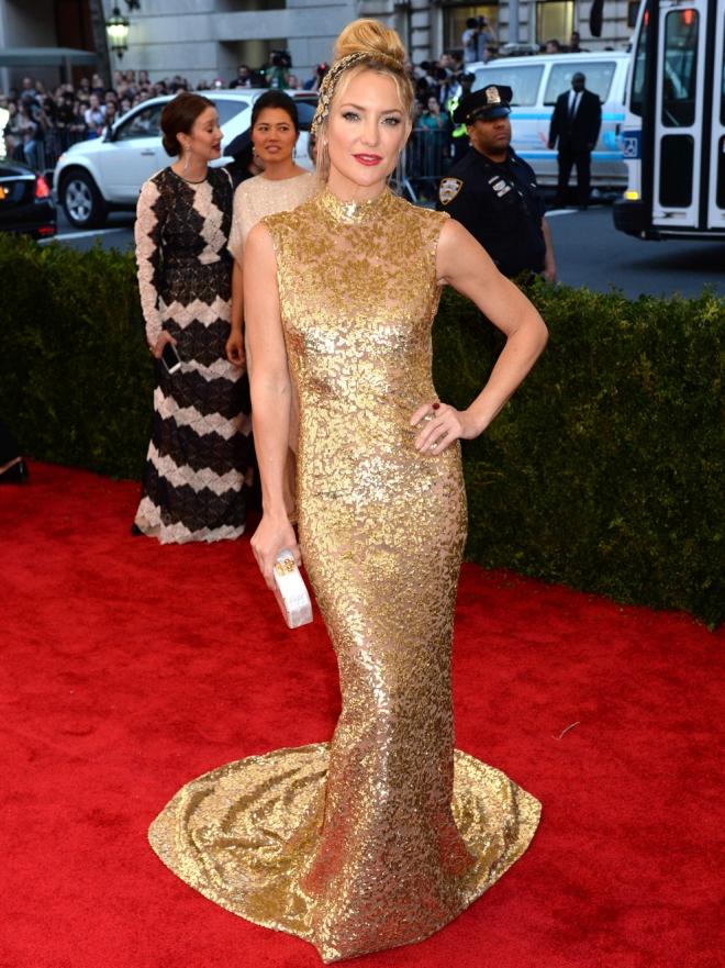 Vestidos cortos dorados de famosas