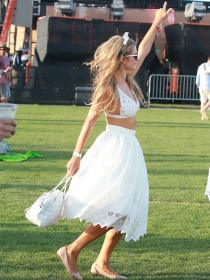 Faldas blancas: el look más veraniego de las famosas