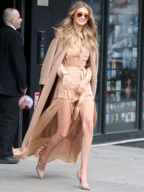 Abrigo en los hombros: la tendencia favorita de las famosas