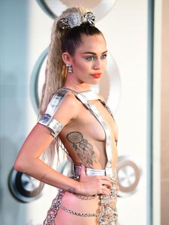 Miley Cyrus y otras famosas con tatuajes en las costillas