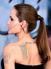Angelina Jolie y otras famosas con tatuajes en la espalda