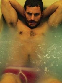 Jamie Dornan y otros famosos que posan en la bañera