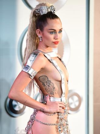 Elsa Pataky, Miley Cyrus y otras famosas con tattoos de amigas