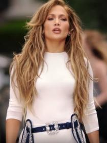 Los poderosos looks de Jennifer Lopez en Ain't Your Mama