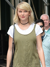 Copia el look layering de Taylor Swift