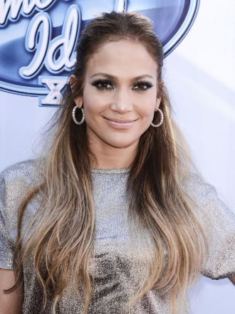 Jennifer López y más famosas que eligen los pendientes de aro