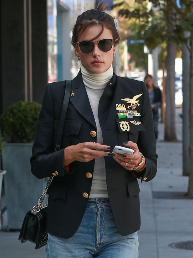 Copia el total look 'army' de Alessandra Ambrosio