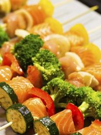 Pinchos finos de salmón con verduras