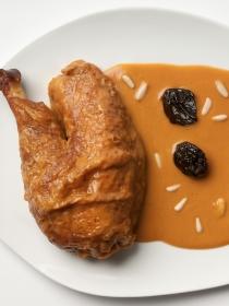 Muslos de pollo con piñones