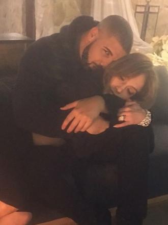 Así es el juego entre Drake y JLo que cabrea a Rihanna