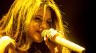 Selena Gomez copia a Jennifer Lawrence durante un concierto: ¡todo el mundo al suelo!