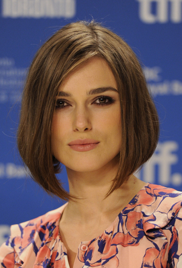 es importante que los peinados logren suavizar las facciones de la cara la mejor forma de hacerlo es utilizar el flequillo abundante y largo hacia el