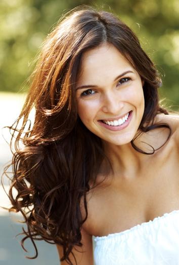 a la hora de elegir un corte de pelo es ms importante la forma del rostro que el color del cabello pero aun as es cierto que hay cortes que favorecen ms