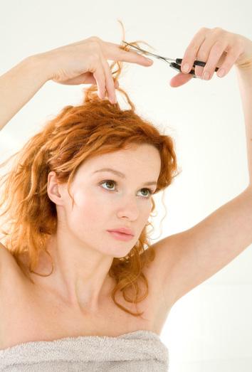 Como cortar el cabello rizado sola