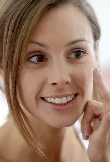 Cómo evitar las manchas y marcas provocadas por los granos del acné.
