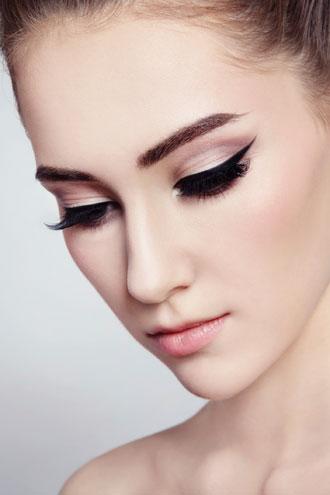 Los ojos del maquillaje de moda tienden a ser discretos.