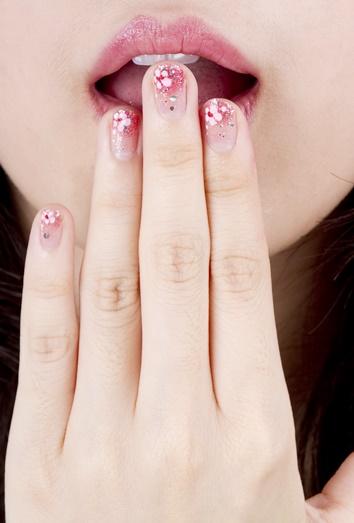Las piedras strass están de moda para el nail art de diseños de ...