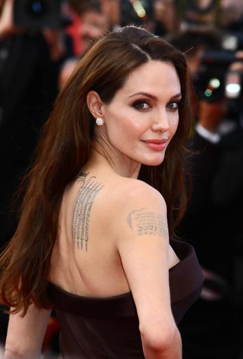 el poderoso significado de los tatuajes de angelina jolie