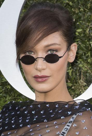 Bella Hadid con mini gafas de sol