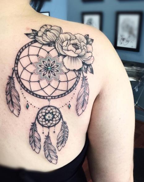 atrapasueños y tatuajes en la espalda