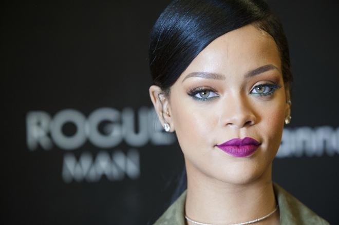 Deslumbra en verano maquillándote como Rihanna
