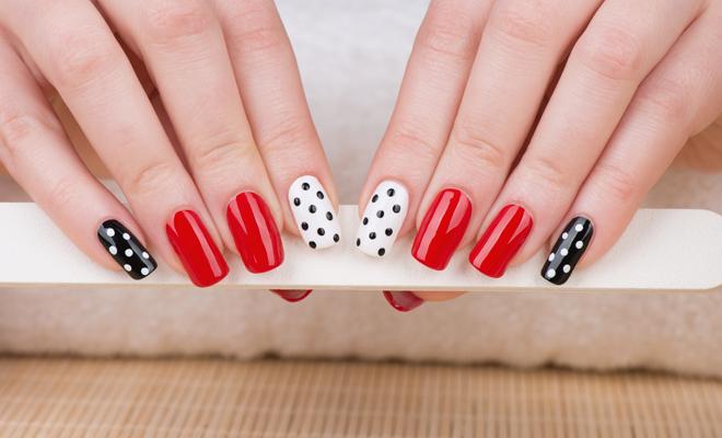 ¿Te quieres pintar lunares en las uñas?