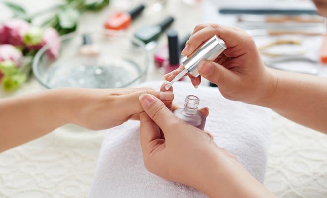 Paso a paso cómo hacer una manicura spa y un masaje