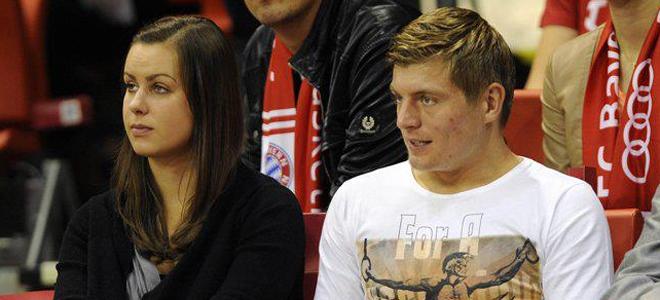 Toni Kroos y su novia, Jessica Farber, durante un partido de baloncesto.