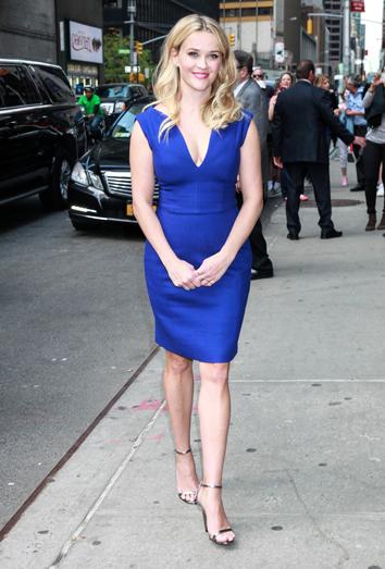 Combinar vestido azul electrico moda