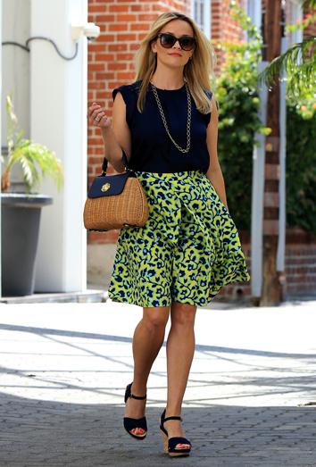 f29c70ddf Combina una falda de flores estampada como Reese Witherspoon
