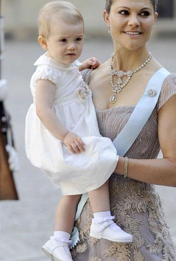 721b32b21 Vestidos de fiesta para bebés  cómo vestir a un bebé para una celebración