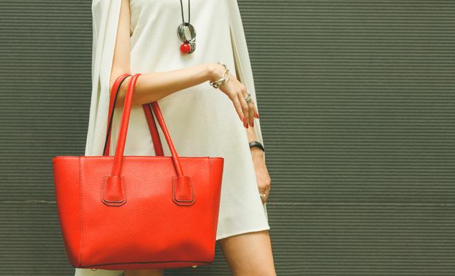 Si eres una mujer curvy, escoge un bolso grande