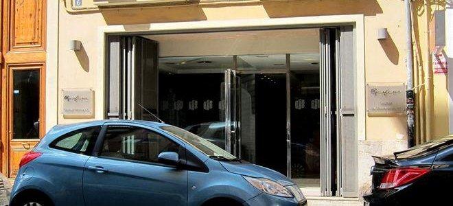 Un hombre se rocía con un líquido inflamable en una promotora tras discutir con los empleados en Valencia