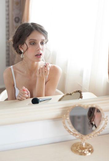Sonar con mujer rubia vestida de blanco