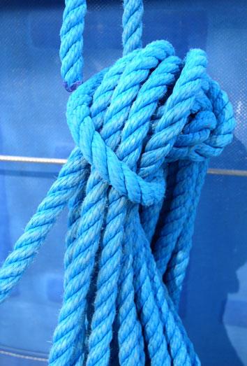 Sonar con vestido azul largo