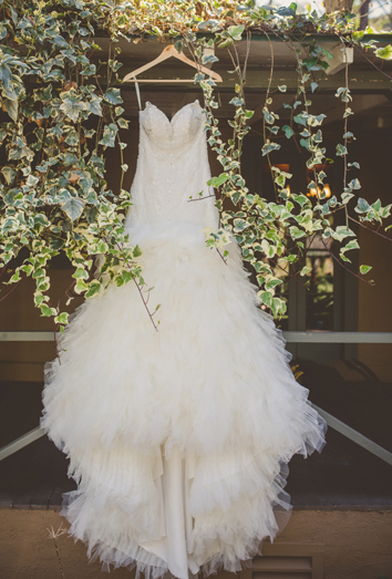 Sonar con una mujer bonita vestida de blanco