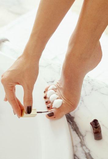 Curar las uñas en las manos del hongo
