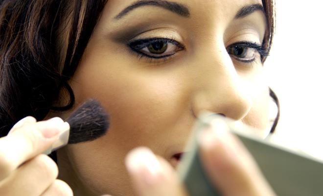 Los síntomas de usar cremas y maquillajes caducados
